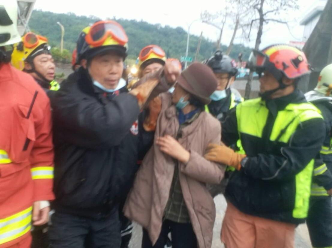 雲翠大樓今上午傳出喜訊,9樓的金姓韓國籍婦人成為第一個脫困者。