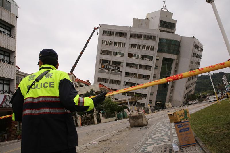 花蓮人共同的回憶阿官火鍋所在的雲門翠堤社區大樓也嚴重傾斜倒塌。