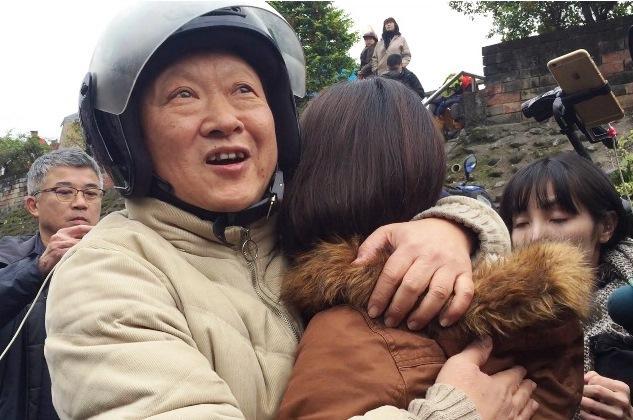 花蓮雲翠社區至今仍有144人失聯,幸運逃生的孫先生與女兒相擁而泣。
