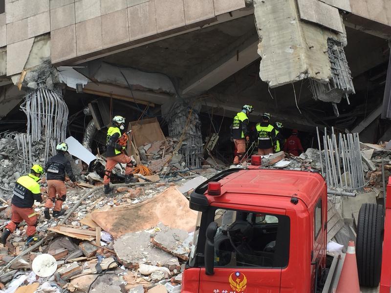 從昨日深夜開始,救援行動現已進行超過12小時。