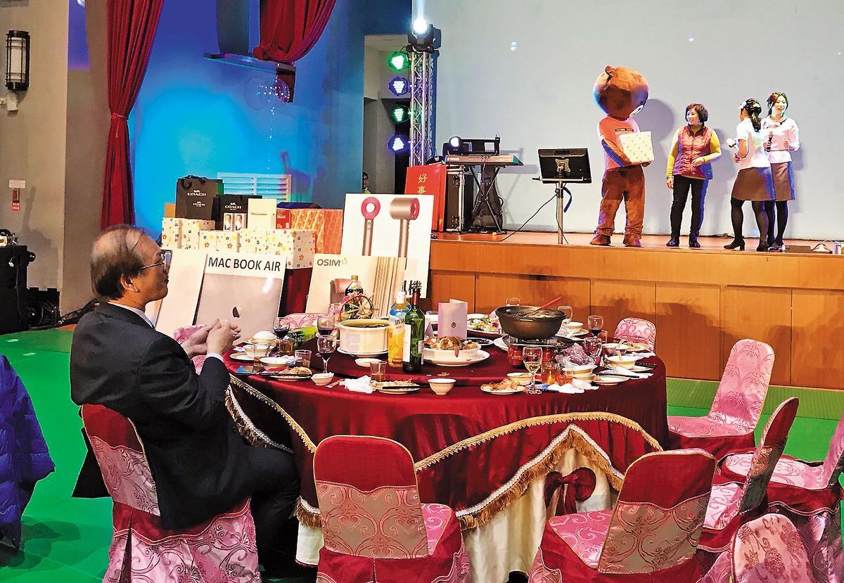 劉景寬(左)今年參加小港醫院忘年會時,主桌賓客全跑光,引發討論。(翻攝網路)