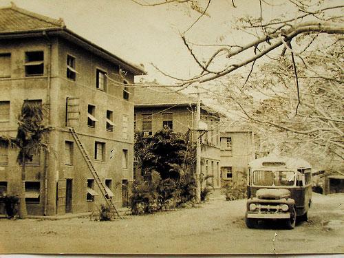 高醫大早期只有3棟簡陋校舍,成為台灣第一所以「醫學大學」命名的高等教育學校。(翻攝網路)