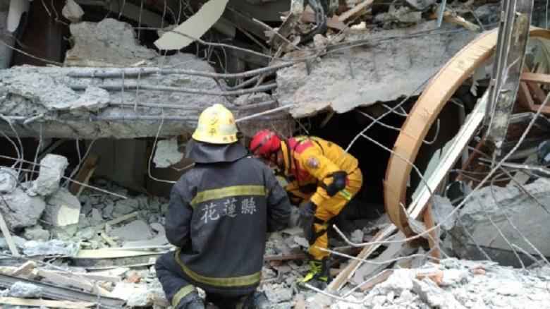 台中搜救隊進入統帥飯店,由4樓向下做破壞作業。(消防局提供)