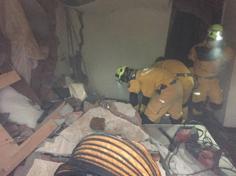 搜索組在10、11樓監進行搜救。(消防局提供)