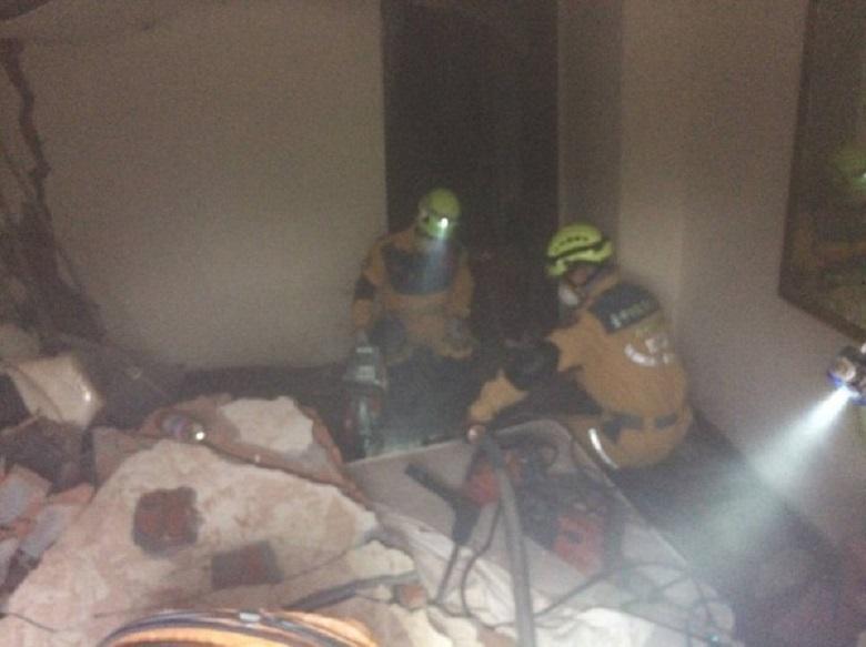 搜救人員持續搜索是否有生還者。(消防局提供)