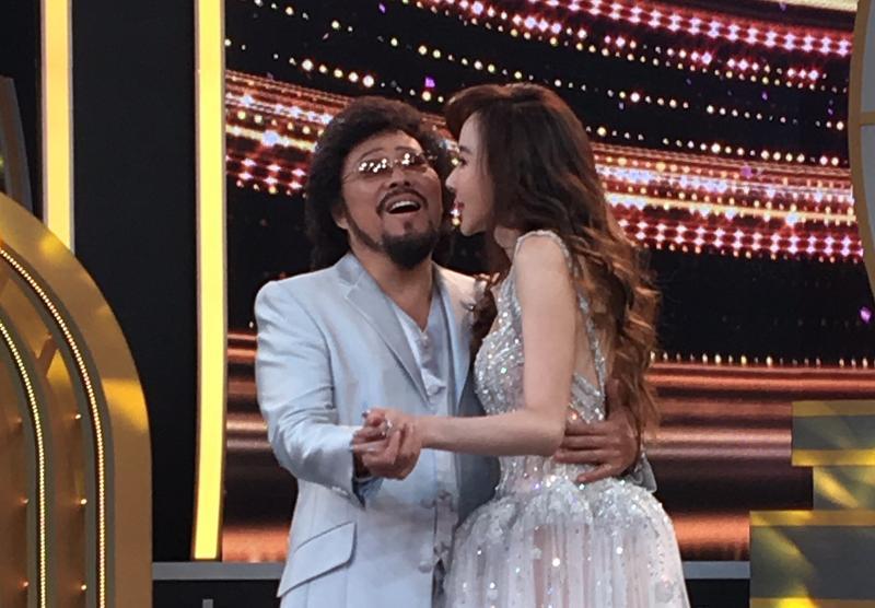 蕭薔上張菲節目並獻吻,張菲笑得很開心。
