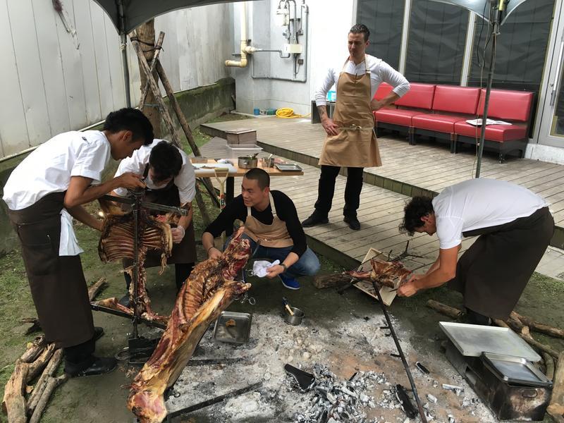 智利名廚Rodolfo Guzmán到「RAW」餐廳客座,在後院重現自家餐廳「BORAGó」的烤全羊料理。