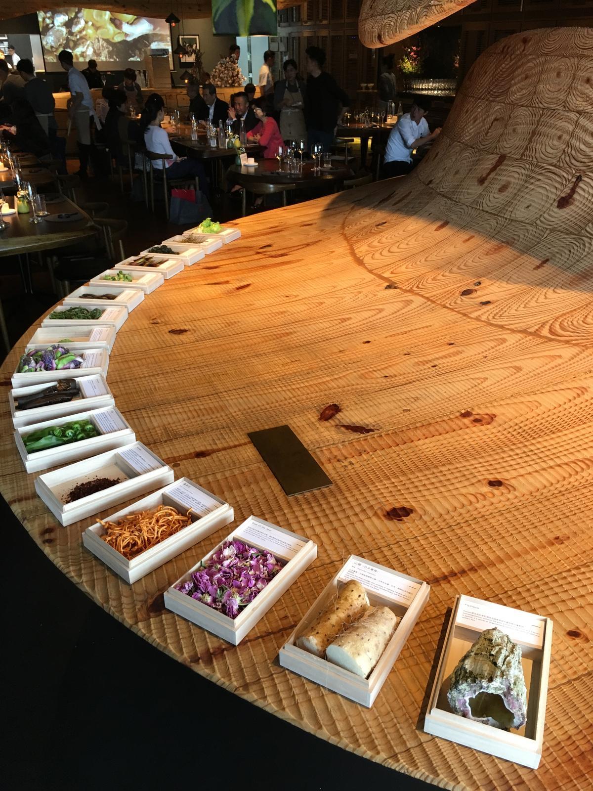 餐廳陳列Rodolfo從智利帶來的稀有食材,讓客人大開眼界。
