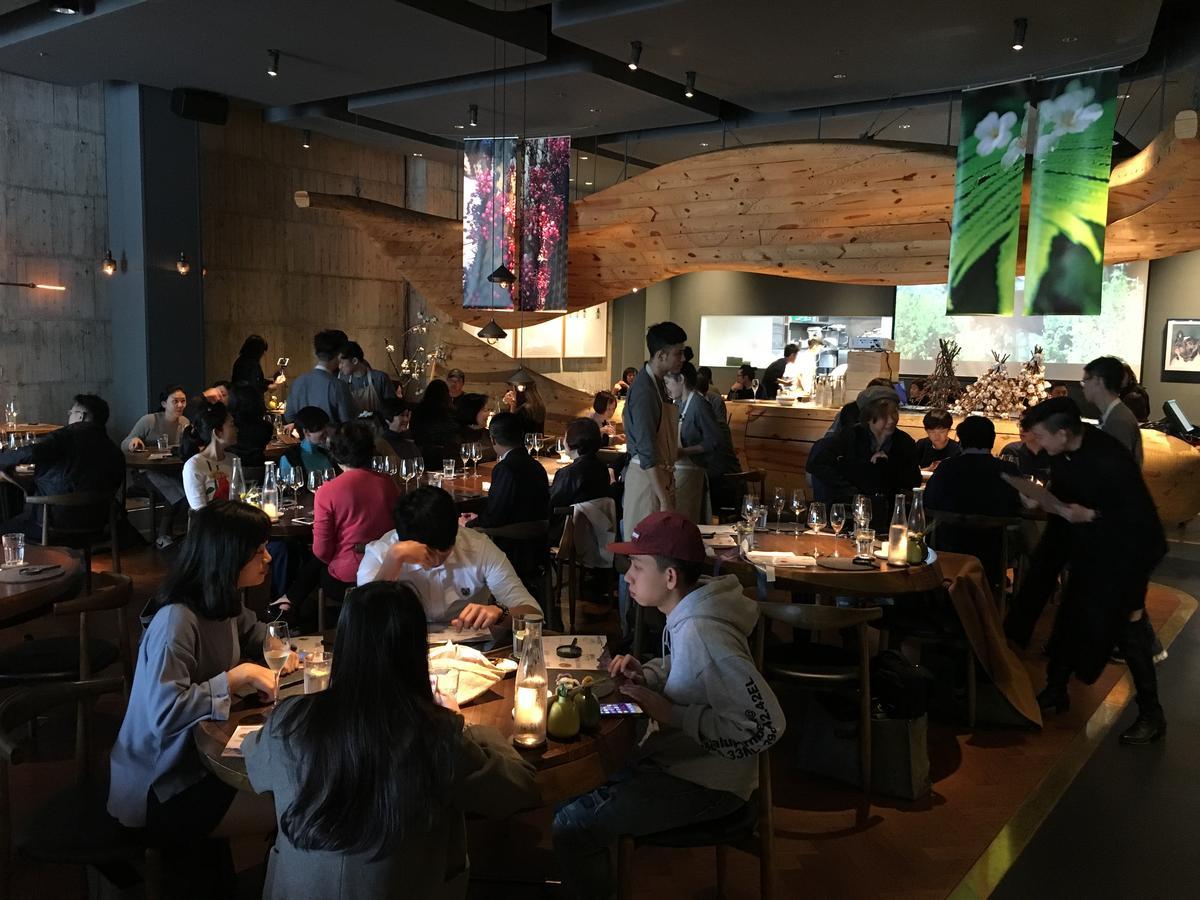 餐廳刻意把音樂換成蟲叫、海浪聲,讓客人有在智利大草原上用餐的氛圍。