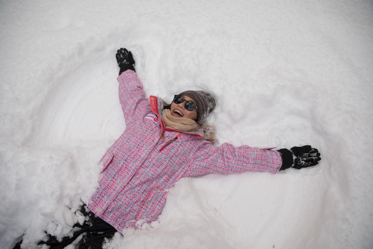 躺在雪中涮出翅膀,當個雪天使,大家很愛玩。