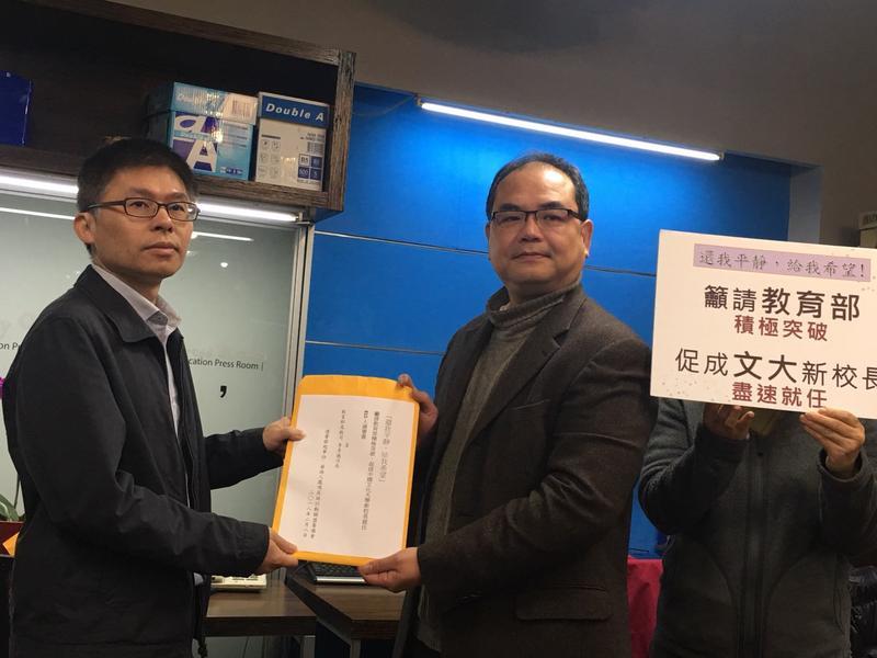 文大教職員連署向教育部陳情,教育部由高教司科長吳志偉接下陳情書(左1)。(教育部提供)