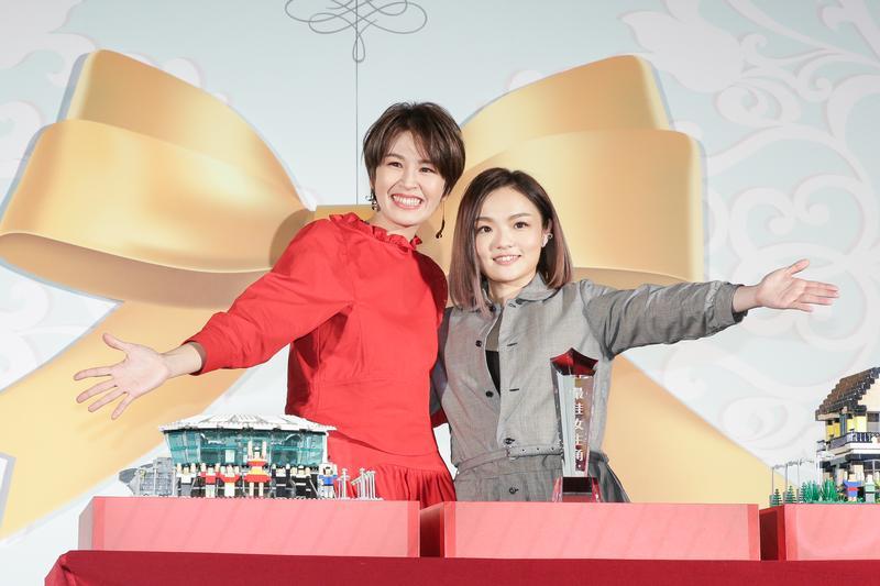 曾沛慈舉辦簽約新東家記者會,徐佳瑩代表公司送上禮物迎接師妹,透露兩人有段安全褲情誼。