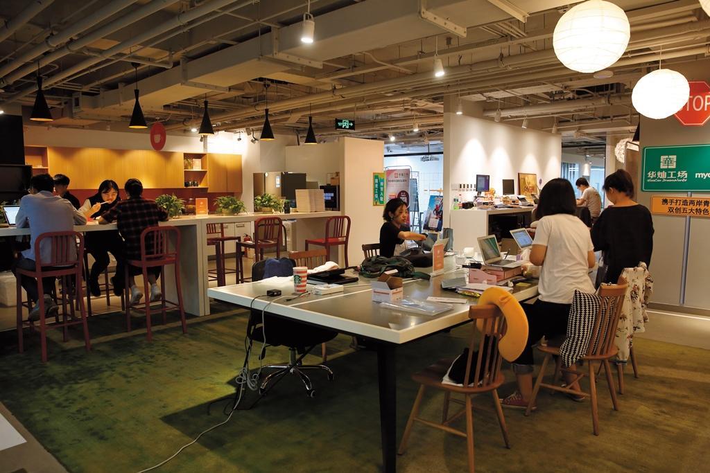 桃桃喜選擇北京華燦工場為孵化器,一個辦公室裡有10多家新創企業同時使用,在北京是很平常的辦公風景。
