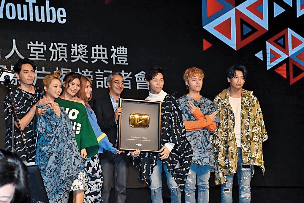 TGOP 這群人的頻道訂閱數超過200萬,是台灣第一名的YouTuber,去年底出席YouTube百萬訂閱頒獎典禮,接受表揚。(翻攝自巴哈姆特)