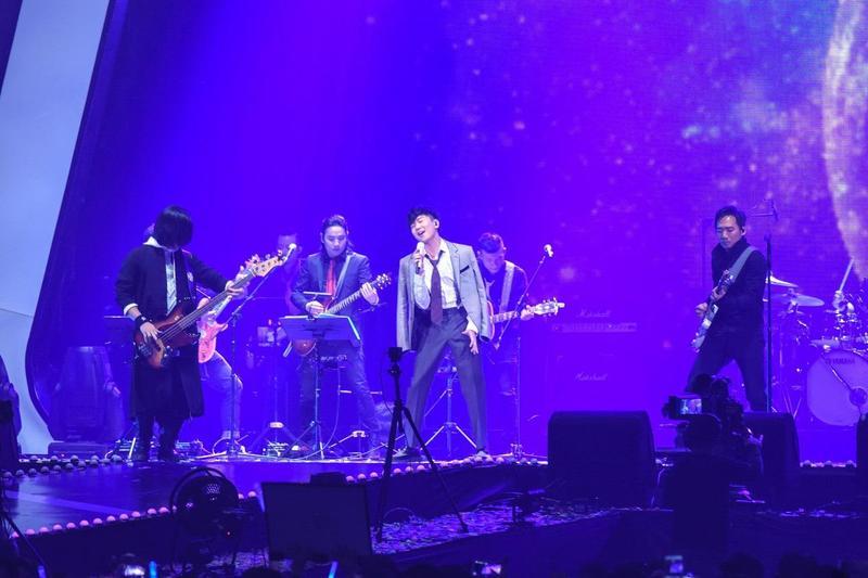 數位音樂串流平台KKBOX舉辦風雲榜頒獎典禮,邀請林俊傑(中)、五月天等大咖歌手參加,以行動支持付費音樂平台。(東方IC)