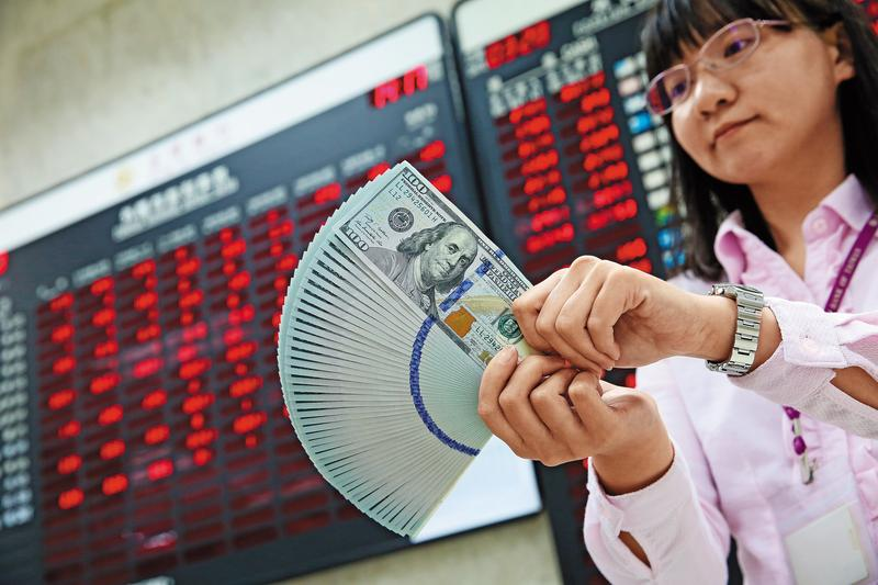 現階段新台幣對美元升值,加上美升息態勢明顯,買美公債除可得到不錯的利息,往後美元升值還有匯差可賺。