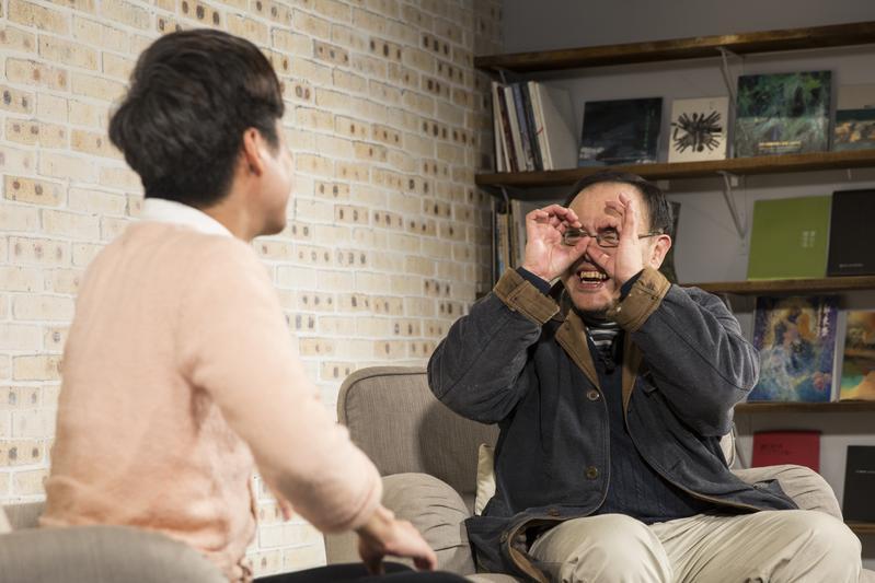 駱以軍(右)參加錄影時,使盡渾身解數說笑話,比出逗趣動作,左為主持人陳栢青。
