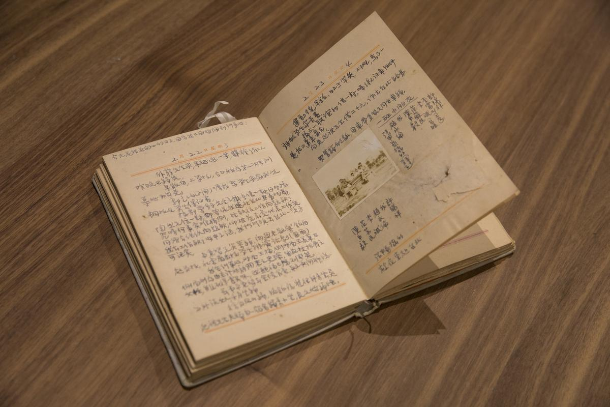 駱以軍父親勤寫日記,裡面還塞了許多紙片、照片,連駱以軍自己都不知道是誰。