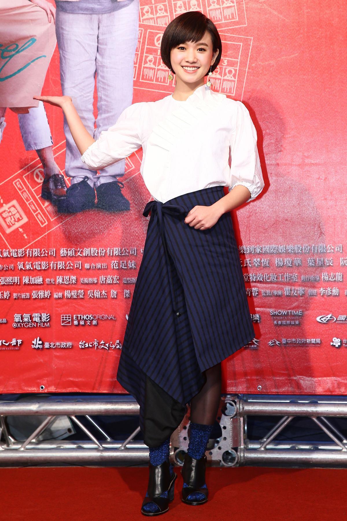 飾演女主角的阿瑋嚴正嵐憑著花甲一系列人氣爆升。(氧氣電影提供)