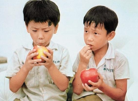 9歲時,顏正國(右1)以〈蘋果的滋味〉(《兒子的大玩偶》第三段)入圍第20屆「金馬獎最佳童星獎」,可惜最後敗給演出《魔輪》的石安妮。(顏正國提供)
