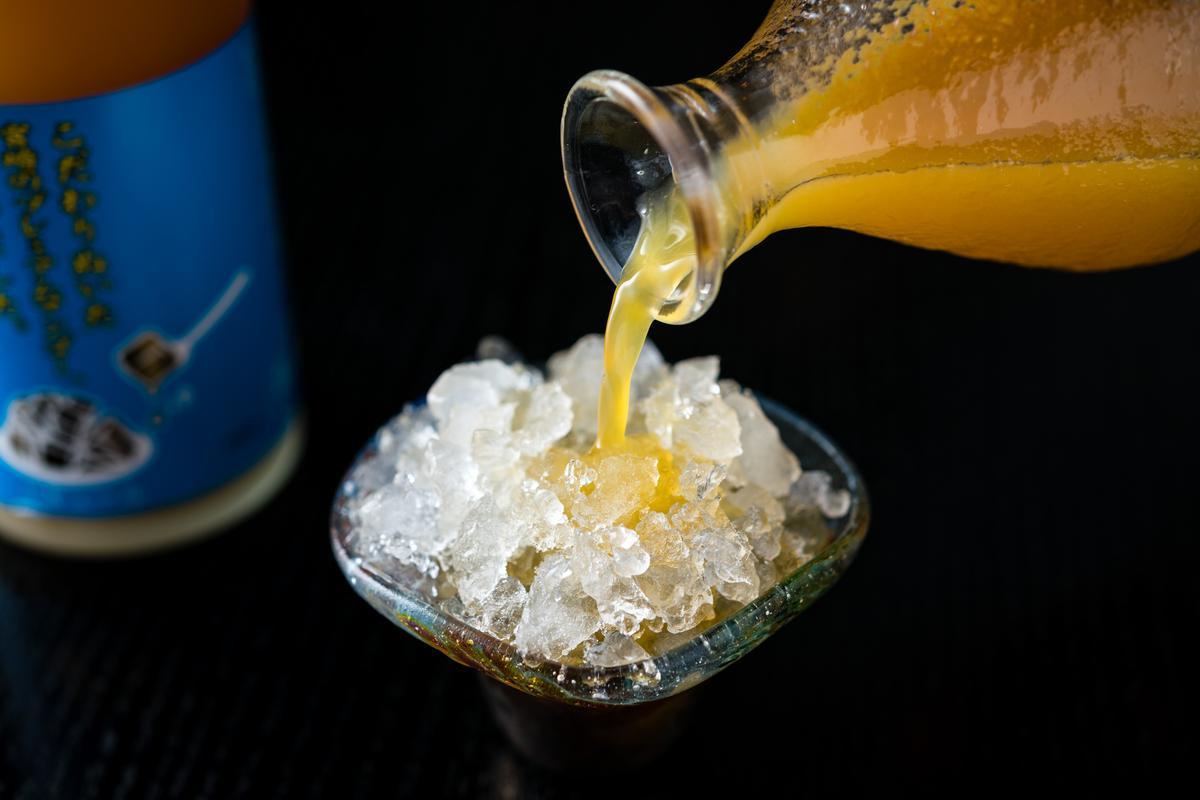 把「芒果梅酒」倒進碎冰中,有吃芒果冰的沁涼消暑感。