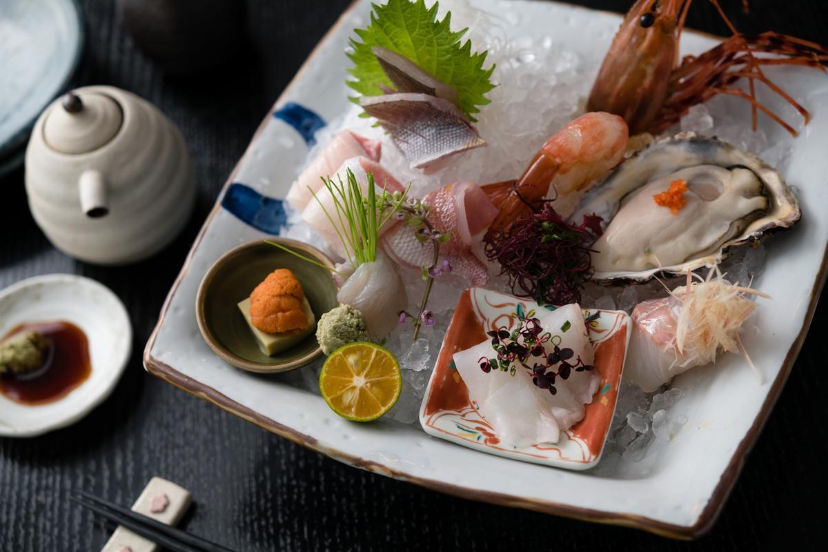 「綜合生魚片」吃得到鲛鲽、真鯛、黃雞魚、青甘、牡丹蝦、厚岸生蠔和北海道海膽。(3,500元套餐菜色)