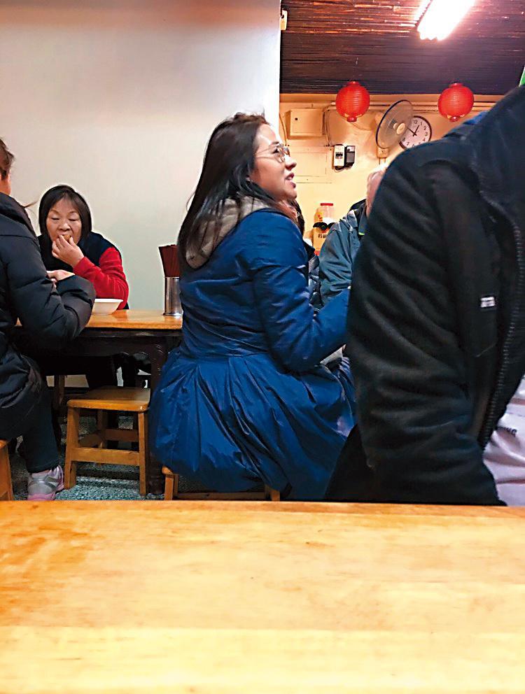 林嘉欣素顏戴眼鏡,邊用餐邊說個沒完,心情看來滿好的。(讀者提供)