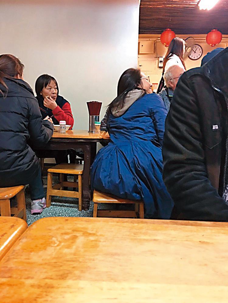 昔日女神林嘉欣日前現身台北某麵店,一身厚重衣服,背影看來略為豐腴。(讀者提供)
