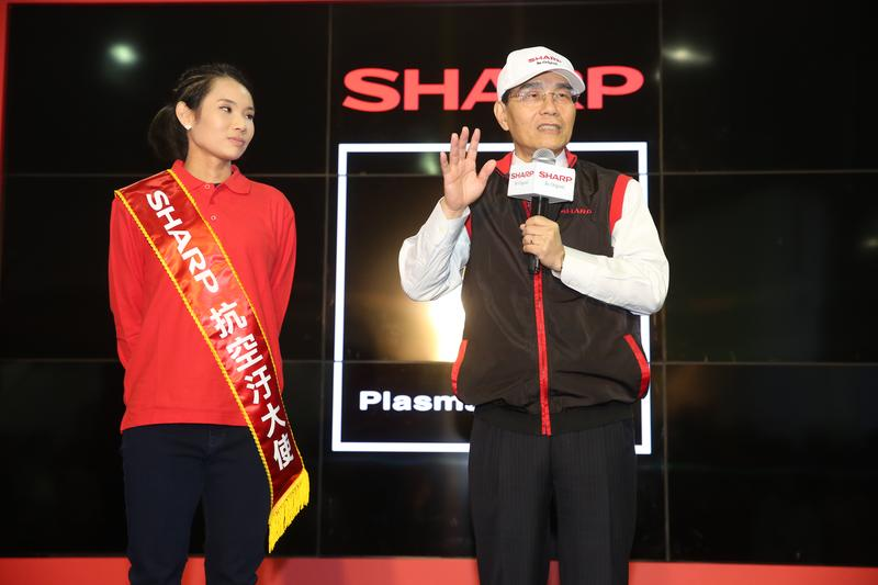 身為台灣夏普代言人的世界球后戴資穎(左)特別出席鴻海尾牙。圖右為戴正吳。
