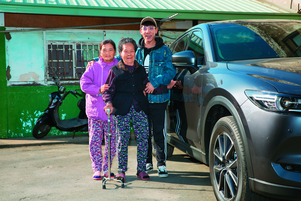 林進和阿嬤、媽媽在老家前和新車合照。