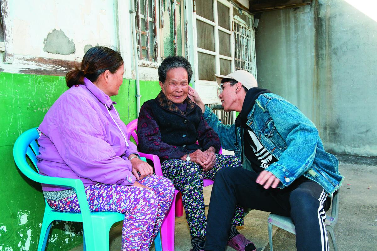 林進以前常和阿嬤、媽媽在門口話家常,自從去台北工作後就難抽出時間。