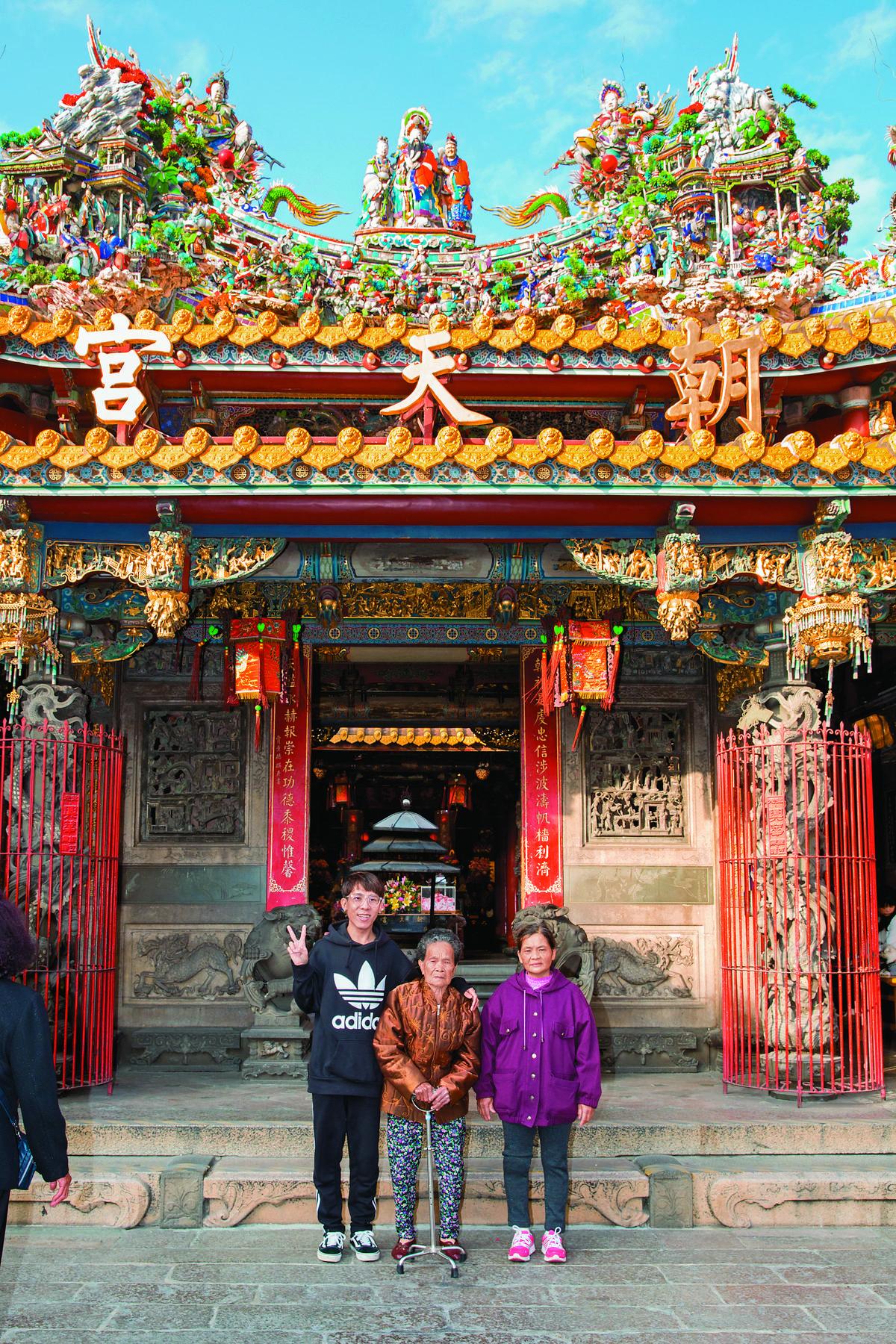 林進載阿嬤、媽媽到北港朝天宮拜拜祈福,阿嬤說已經數十年沒來過朝天宮。