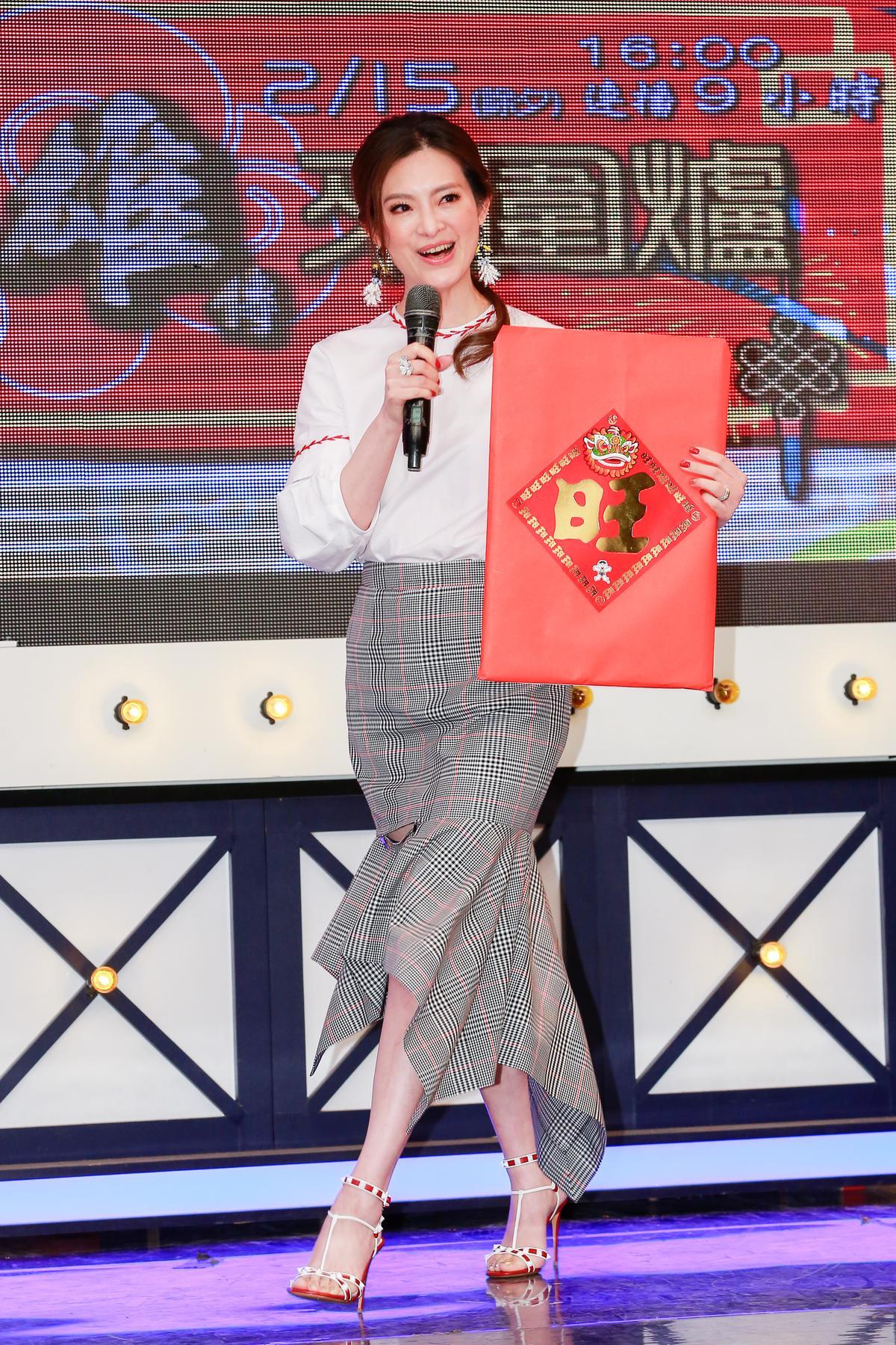 劉真帶了裝有大樂透的紅包祝賀《小明星大跟班》收視長紅。