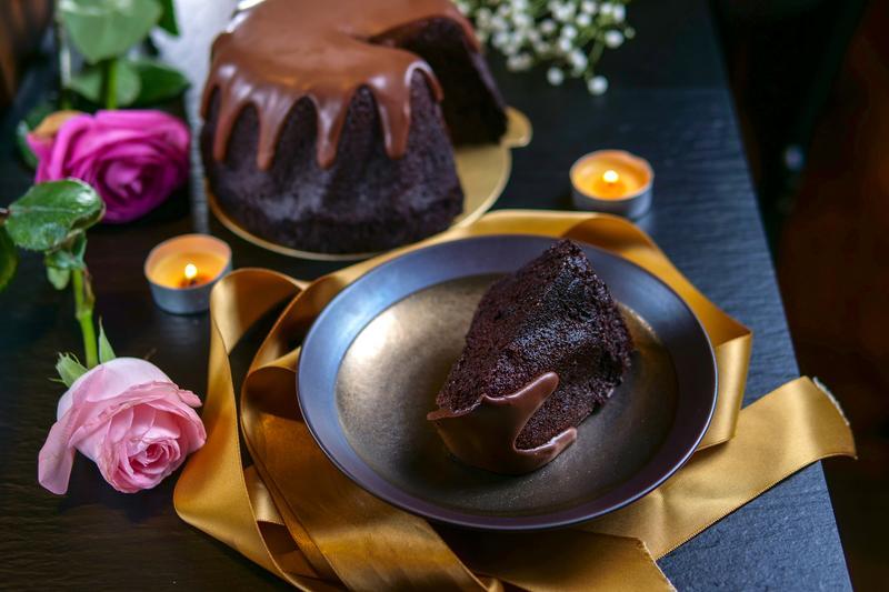 蛋糕體的質地比布朗尼鬆軟、比戚風蛋糕紮實的「綠玉皇冠」,包裹著帶花香的甘納許。(1,640元/6吋)