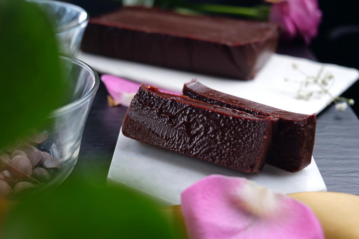 口感紮實又細緻的「生軟木巧克力蛋糕 - Domori雙重獨奏」,帶有果酸香氣及煙燻味,質感芳醇濃滑。(500元/盒)