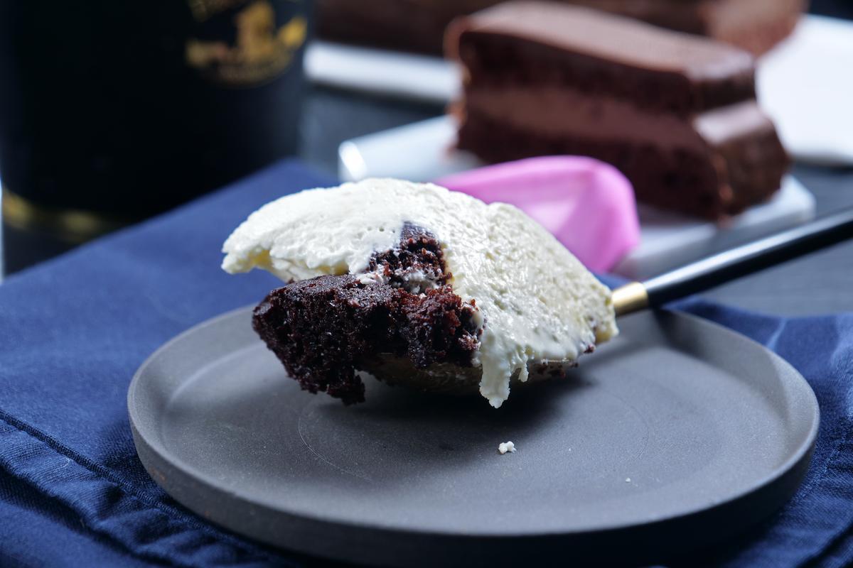 「莫里亞提起司慕斯」以起司慕斯搭配半熟蛋糕體,奶香冰潤。(390元/杯)