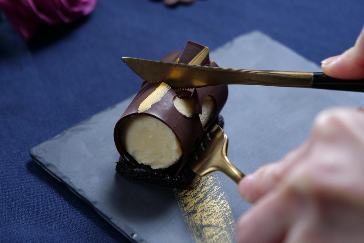 巧克力凍糕搭配威士忌冰淇淋的「魔鬼之足」,層次豐富。(990元套餐菜色)