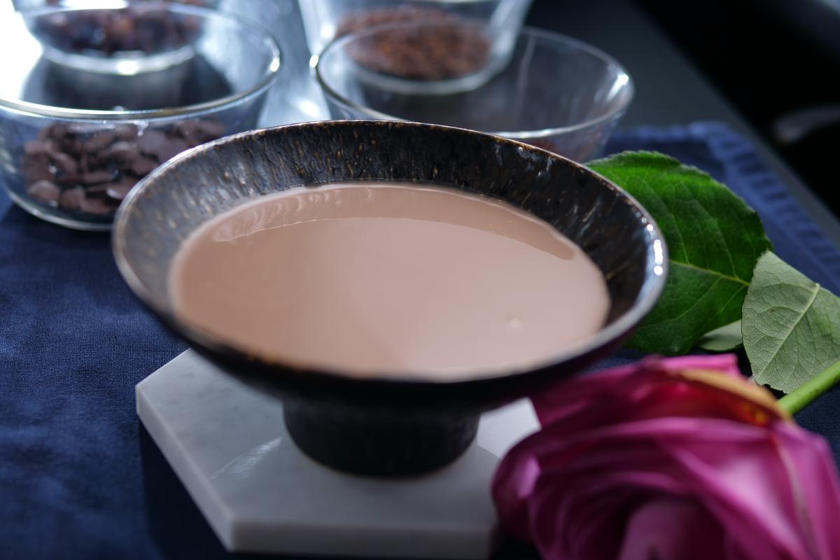 冰飲的「艾倫奶酒巧克力」有大人氣的酒味麥香,輕盈順口。(990元套餐菜色,隨季節調整供應)