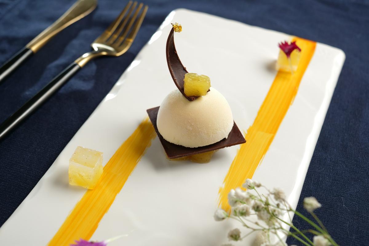 「獺祭清酒鳯梨幕絲」的熱帶水果酸香很搭濃郁巧克力。(990元套餐菜色)