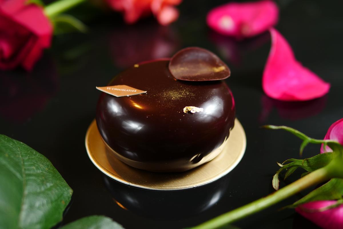 由多種黑巧克力組成的「Shibusa純黑巧克力蛋糕」,展現煙燻味、堅果味等多樣的香氣,卻能保持輕盈口感,是一款複雜精緻的甜點。(210元/份)
