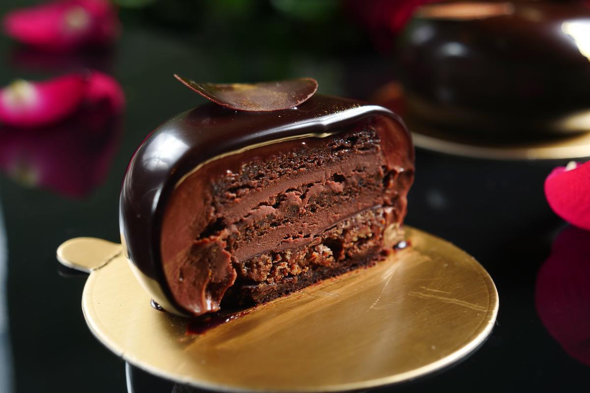 「Shibusa純黑巧克力蛋糕」斷面秀由慕斯、甘那許、蛋糕、脆餅等組成,綿密質地誘人心魂。(210元/份)