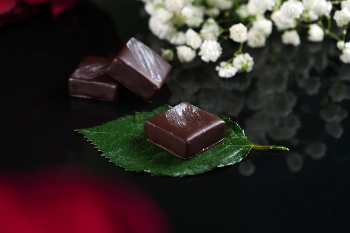 夾心巧克力「百香薑花」入口先是引涎的水果香氣,野薑花芬芬接來綻放唇舌之間。(85元/單片)