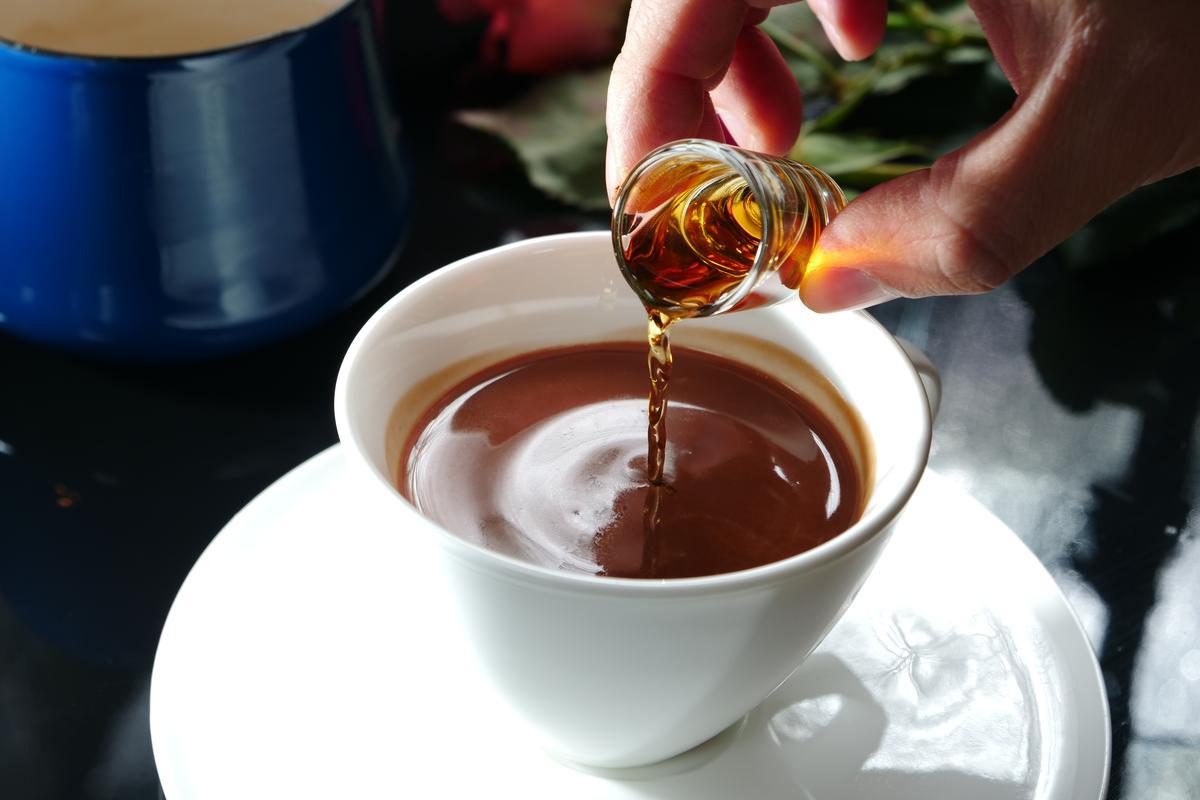 喝完這杯干邑白蘭地調和的「又一春」熱巧克力,使人微醺輕飄,完全是大人系的濃烈甜點啊。(250元/杯)