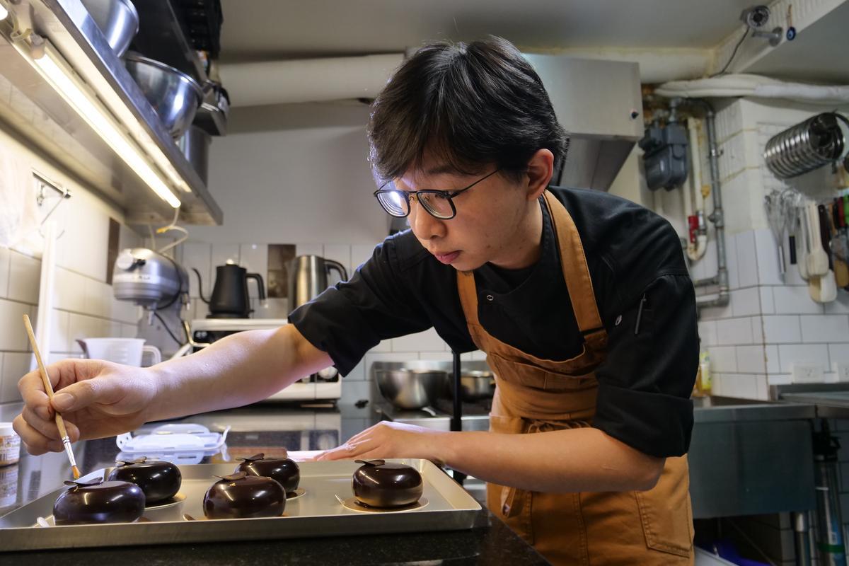 跟著「畬室」創辦人暨主廚鄭畬軒進到廚房,看著他整齊的烹飪工具及嚴謹的流程,就能感受他對精品巧克力的熱烈追求及刁鑽心志。