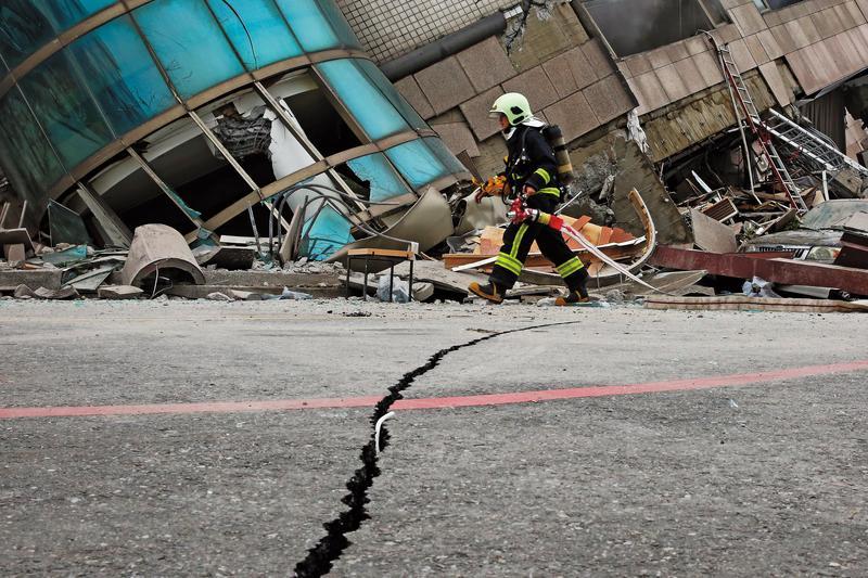震災讓花蓮的路上出現裂痕,原本氣派的建築則成為廢墟。