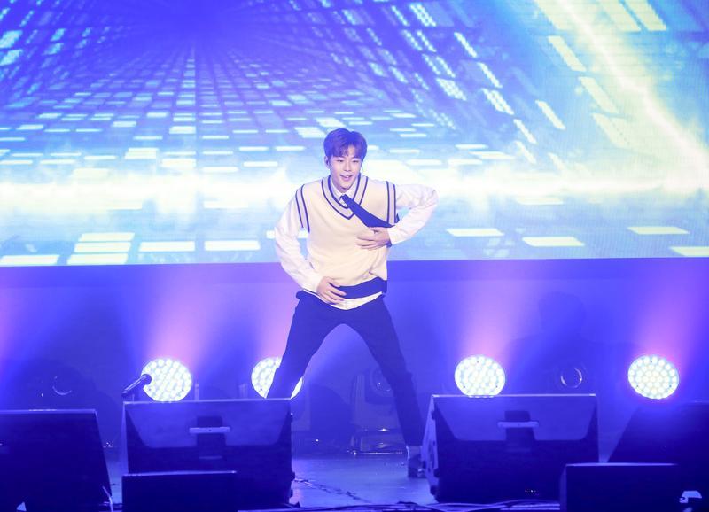 小雞柳善皓表演〈我呀我〉舞蹈開場,讓全場粉絲尖叫不停。