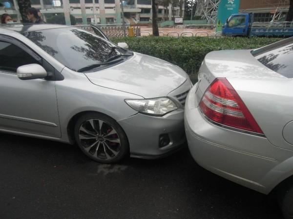 劉女吸食笑氣,神情恍惚,追撞了車子渾然不覺。(警方提供)