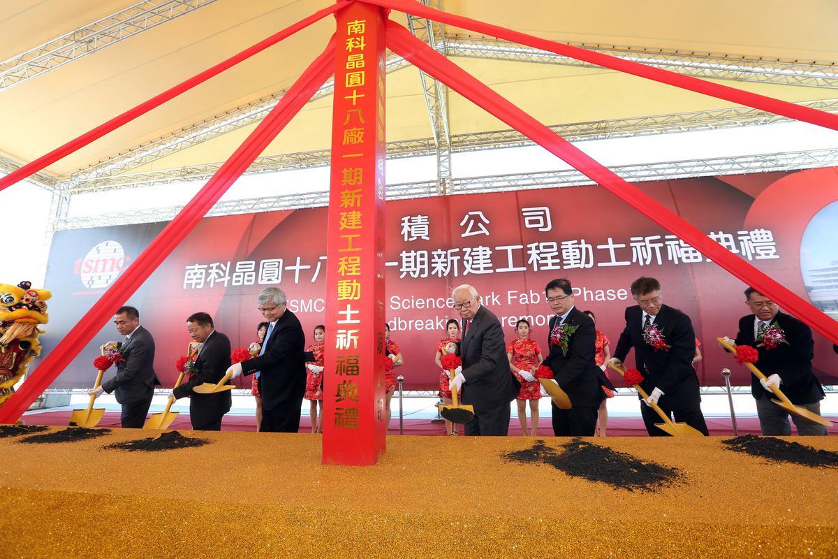 今年一月台積電在台南的五奈米新廠動工,更是率半導體業界之先。
