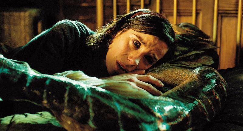 《水底情深》故事簡單卻意在言外,莎莉霍金斯選角有創意,她的演技也極其出色,美術方面更令人嘆為觀止。(福斯提供)
