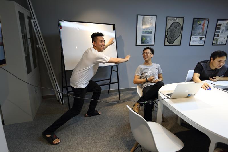 曾參加綜藝節目當固定通告咖,桃桃喜創辦人簡子復(左)渾身充滿喜感。
